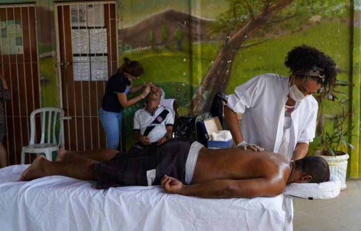 Voluntários cuidam de moradores de rua em Vitória