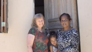 Voluntários constroem casa para família carente em POA