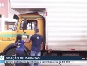 Desbravadores distribuem marmitas para caminhoneiros.   BATV REDE GLOBO