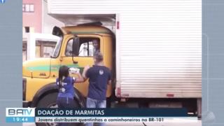 Desbravadores distribuem marmitas para caminhoneiros. | BATV REDE GLOBO