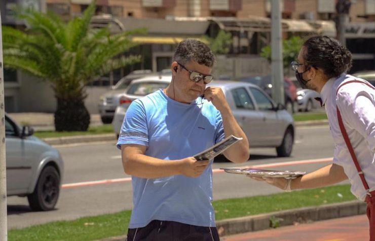TV Tribuna (SBT)   Garçons 'servem' livros durante Impacto Esperança