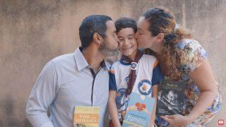 Livro que iria para o lixo muda vida de família no RJ – Impacto Esperança 2020