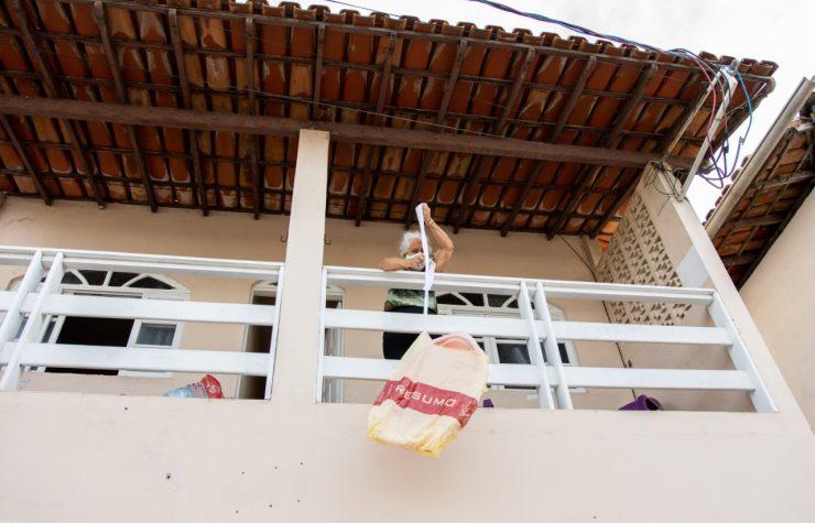 TV Tribuna (SBT) | Vovó Rapunzel desce doações por uma corda na Serra