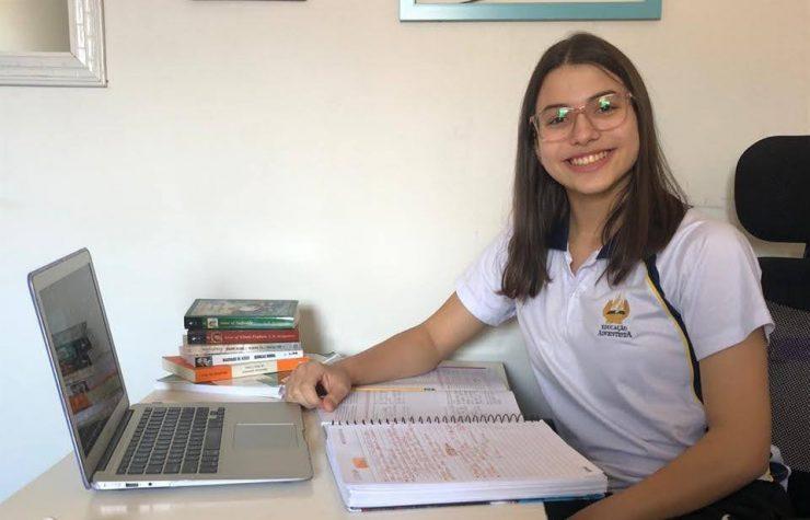 RIC TV (Record) | Estudante é aprovada em 13 universidades pelo mundo