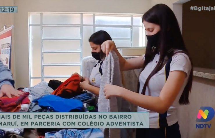 Colégio Adventista de Itajaí distribui mais de mil peças de roupas no bairro Imaruí